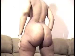 Негритянка с огромной круглой попой в любительском видео танцует обнажённой