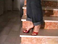 Домохозяйка на каблуках в видео с женским доминированием делает фут фетиш