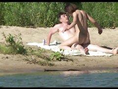 Скрытая камера на безлюдном пляже записала секс молодой русской парочки