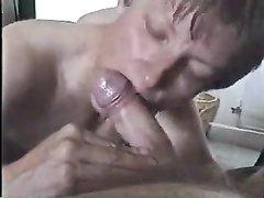 Зрелая домохозяйка делает минет от первого лица в жарком видео с окончанием в рот