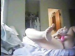Скрытая камера случайно сняла на видео любительскую мастурбацию зрелой дамы