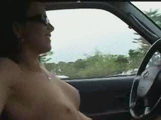 Молодая авто леди находясь за рулём разделась для записи любительского видео