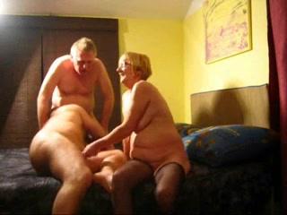 Любительское порно зрелая пара пригласили молодого парня