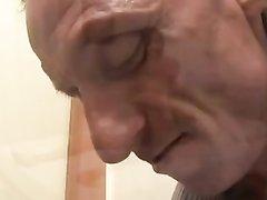 Зрелая красотка в домашнем анальном видео просит партнёра кончить в рот на язычок