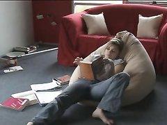 Красивая женщина вечером в домашнем видео полулёжа мастурбирует клитор