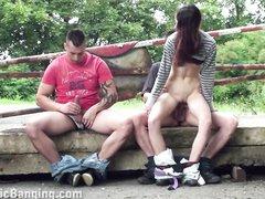 Пикаперы в парке подцепили незнакомку для любительского секса втроём