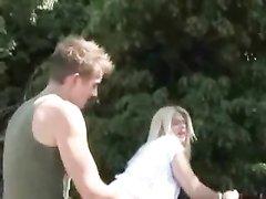 Ухоженная блондинка в деревне бесплатно делает любительский минет незнакомцу