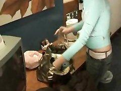 Молодая блондинка в домашнем видео разделась и мастурбирует член ухажёра