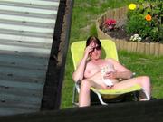 Видео со зрелой и упитанной любительницей позагорать голой на дачном участке