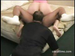 Жена с большой попой занимается домашним сексом с соседом в присутствии мужа