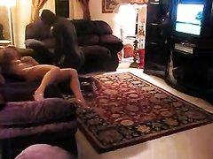 Рыжеволосая белая дамочка и негр в домашнем видео трахаются после минета