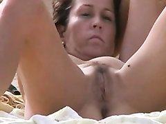 Парень с камерой на нудистском пляже снимает на любительское видео зрелую даму