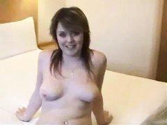 Молодая красотка в интимном видео после любительской мастурбации делает минет