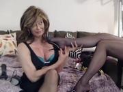 Зрелая любительница фут фетиша в лесбийском видео балдеет от ног подруги в колготках