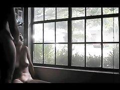Дамочка в маске на видео со скрытой камеры делает домашний минет партнёру