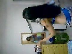 Арабская брюнетка с аппетитной фигурой в любительском видео танцует горячий танец