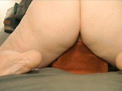 Секс игрушки помогают зрелой пышке в любительской мастурбации крупным планом