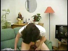Молодая брюнетка решила начать любительский секс с куни и попросила парня лизать киску