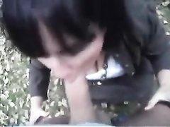 Грудастая молодая брюнетка в парке для видео сделала любительский минет