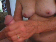 Зрелая толстуха в любительском видео просит парня сунуть член в волосатую киску