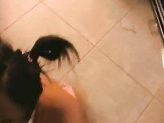 Красотка с большими сиськами обожает в домашнем видео получать буккакэ