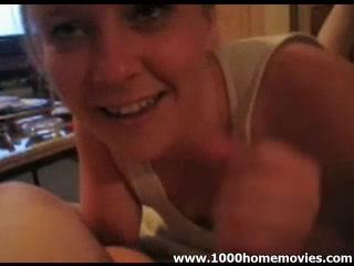 В видео от первого лица строчит домашний минет для буккакэ молодая красотка