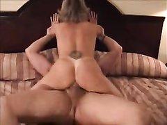Загорелая жена с круглой попой затащила мужа в спальню для любительского секса