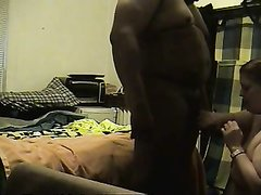 Толстый негр и жирная белая домохозяйка в жарком видео балдеют от минета