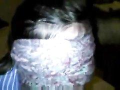 Шлюха с повязкой на глазах в видео от первого лица делает домашнюю глубокую глотку