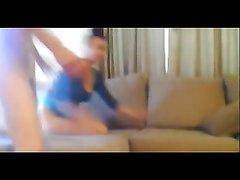 Зрелая женщина в любительском видео на четвереньках отдаётся молодому поклоннику