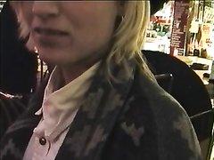 Блондинка в нижнем белье в домашнем видео снимает трусики и показывает киску