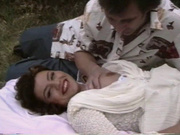 Дама с камерой снимает любительский секс похотливой парочки на природе