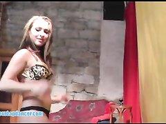 Молодая проститутка перед сексом с минетом танцует любительский стриптиз