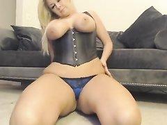 Шикарная мастурбация крупным планом от зрелой блондинки в любительском видео