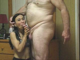 Молодая азиатка в чулках радует домашним сексом зрелого и толстого туриста