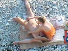 Скрытая камера снимает на видео мужчину делающего куни любимой супруге