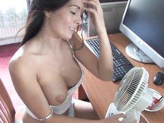 Фигуристая молодуха в любительском видео оголила сиськи перед вентилятором