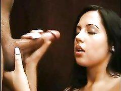 Красивая брюнетка в любительском видео встав на колени отсасывает член