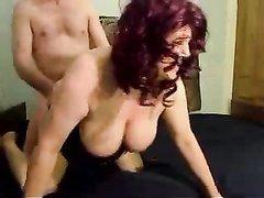 Рыжая зрелая толстуха в корсете трясёт большие сиськи в ходе любительского секса