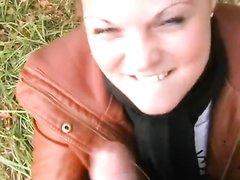 Немецкая брюнетка в общественном парке в любительском видео сосёт член на коленях