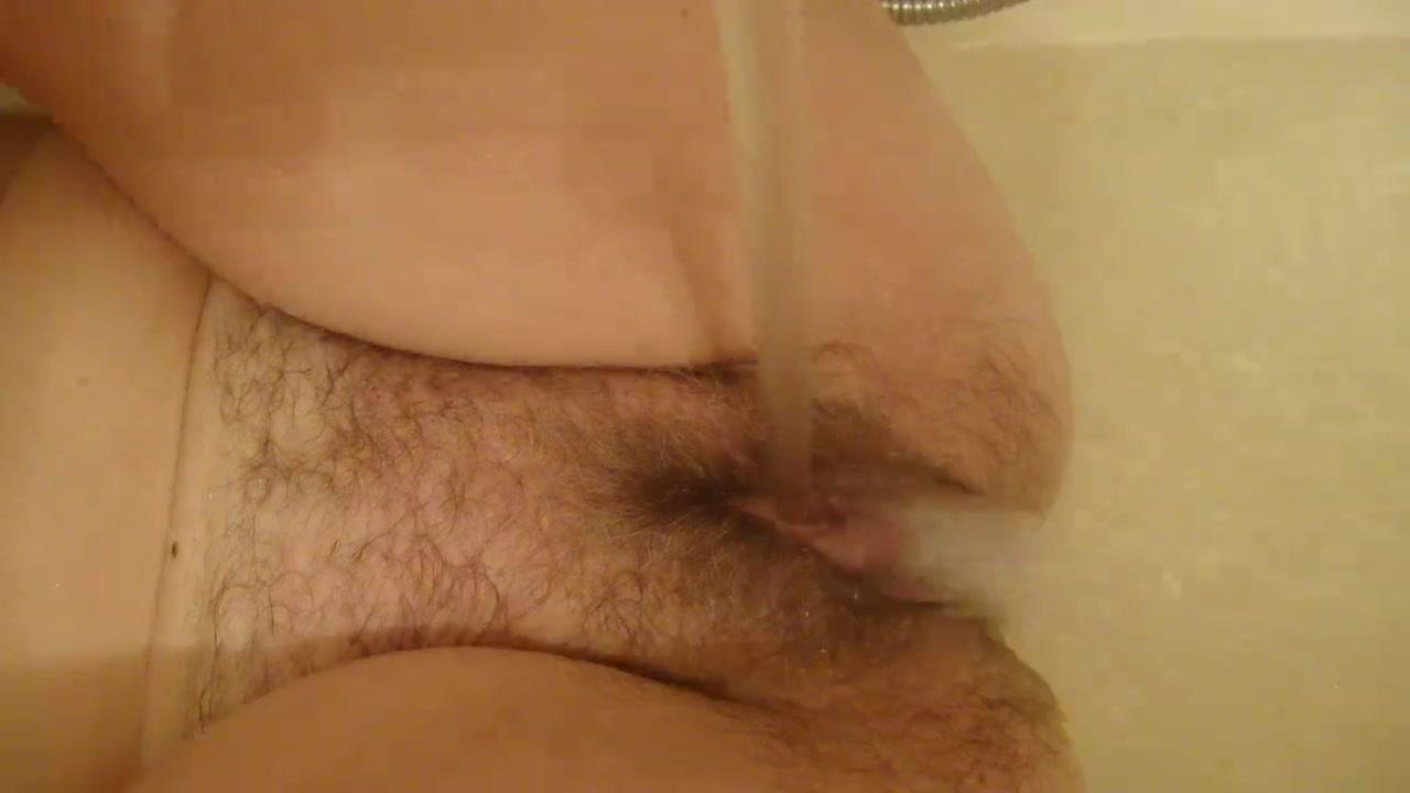 Мастурбация душем в воде видео поговорим