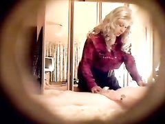 Зрелая блондинка в чулках быстро настроила вялого мужа на домашний секс