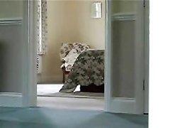 Скрытая камера снимает любительское видео подглядывания за зрелой дамой
