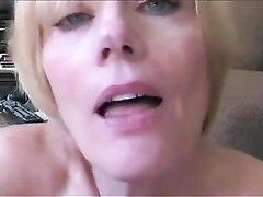 Зрелая блондинка в домашнем видео с удовольствием глотает сперму после интима