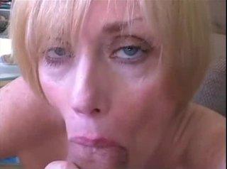 Зрелые женщины глотают сперму видео