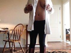 В горячем видео зрелая домохозяйка показывает большие сиськи и трогает киску