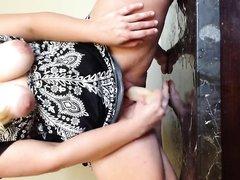 Секс игрушка помогла зрелой даме с широкими бёдрами достичь сквиртинга