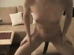 Зрелая дама с маленькими сиськами в видео с домашней мастурбации шалит с огурцом