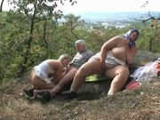 В лесу зрелая пара и студентка наслаждаются любительским сексом втроём