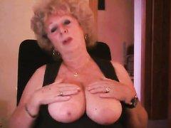 Оголив большие сиськи онлайн перед вебкамерой зрелая домохозяйка трогает соски
